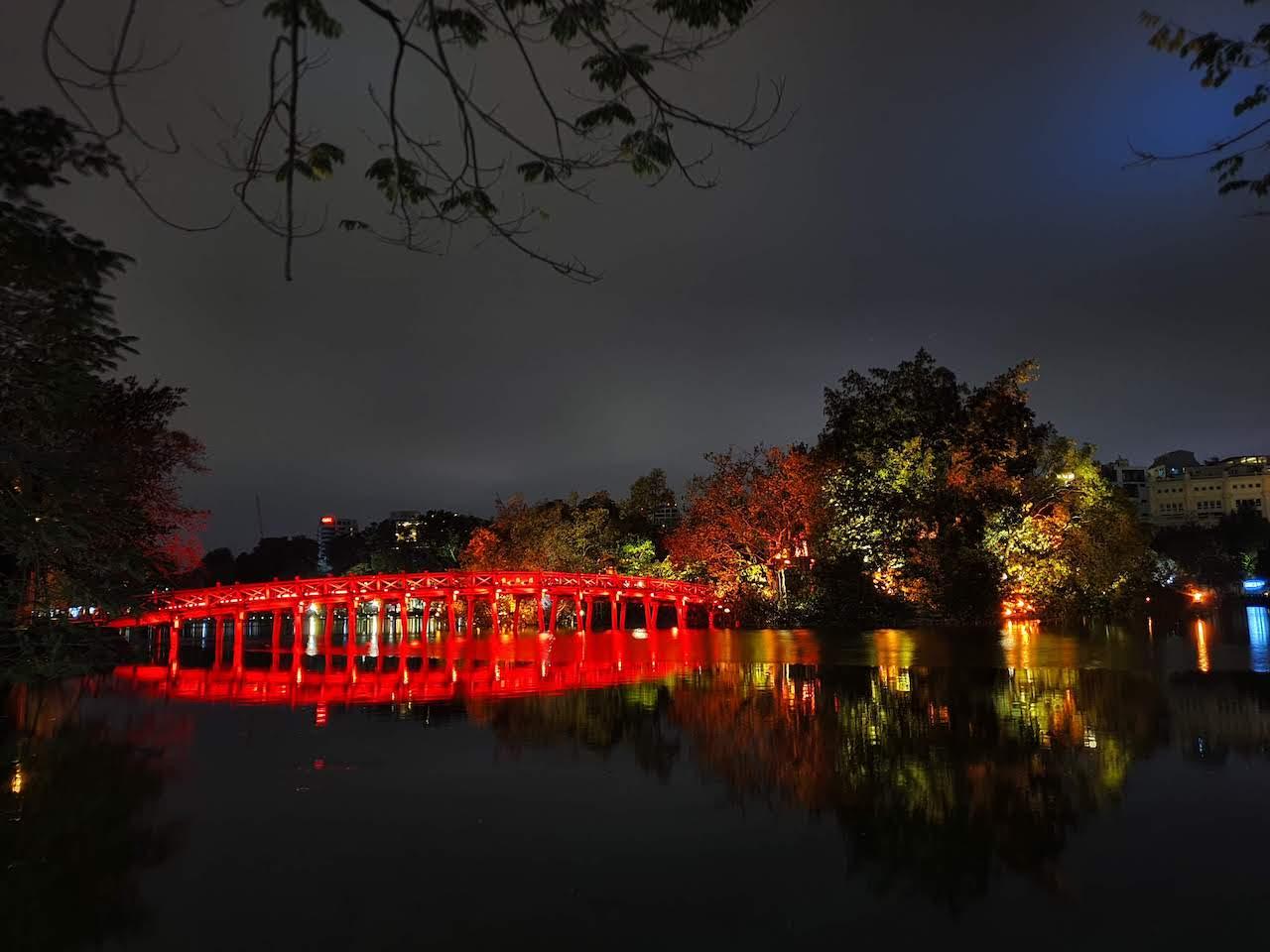 hanoi hoan kiem lake at night