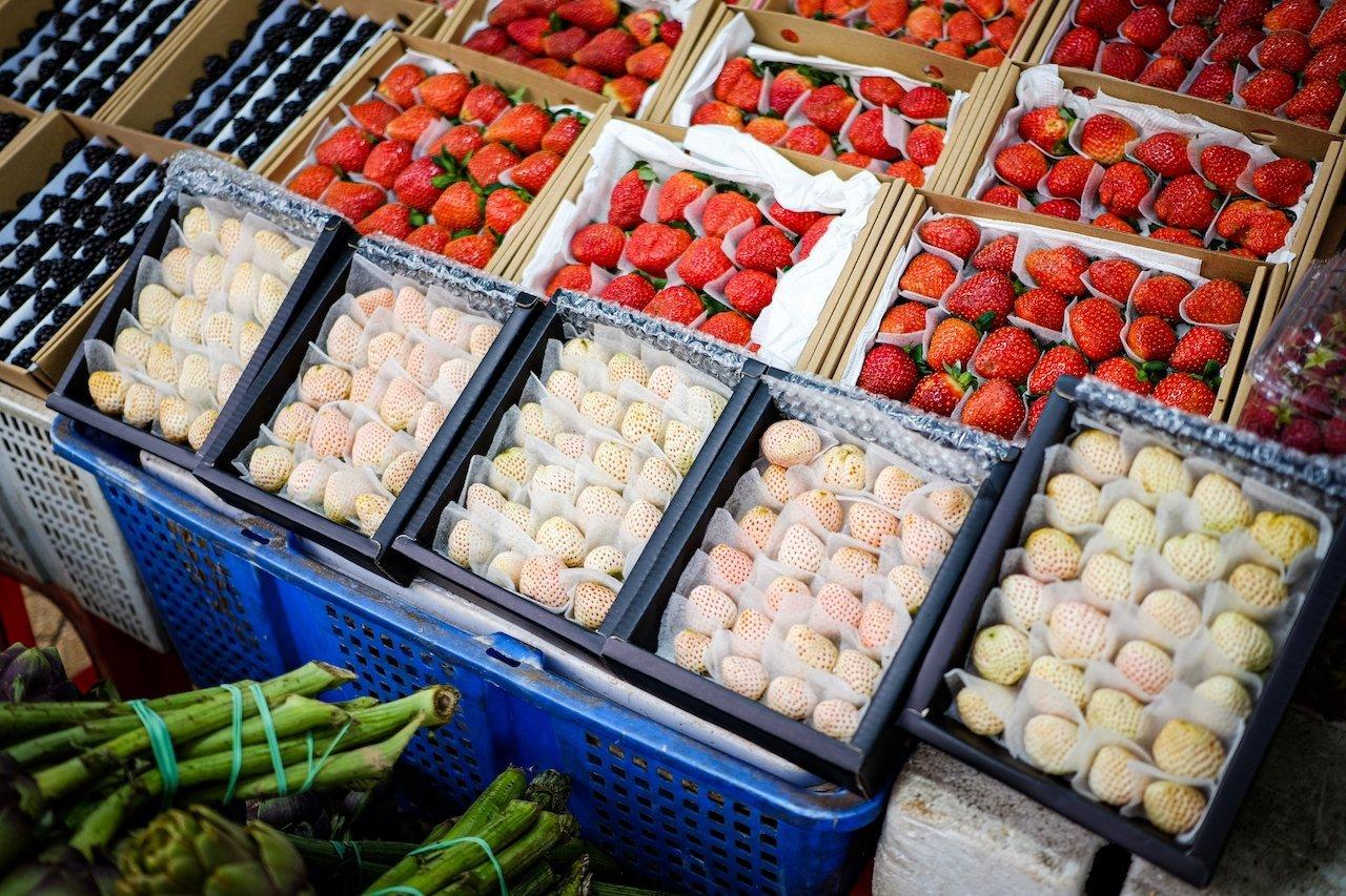 Da Lat market strawberries