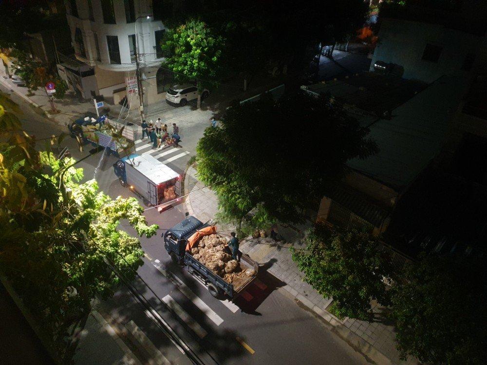 danang lockdown food supply at night7367618217135167747.