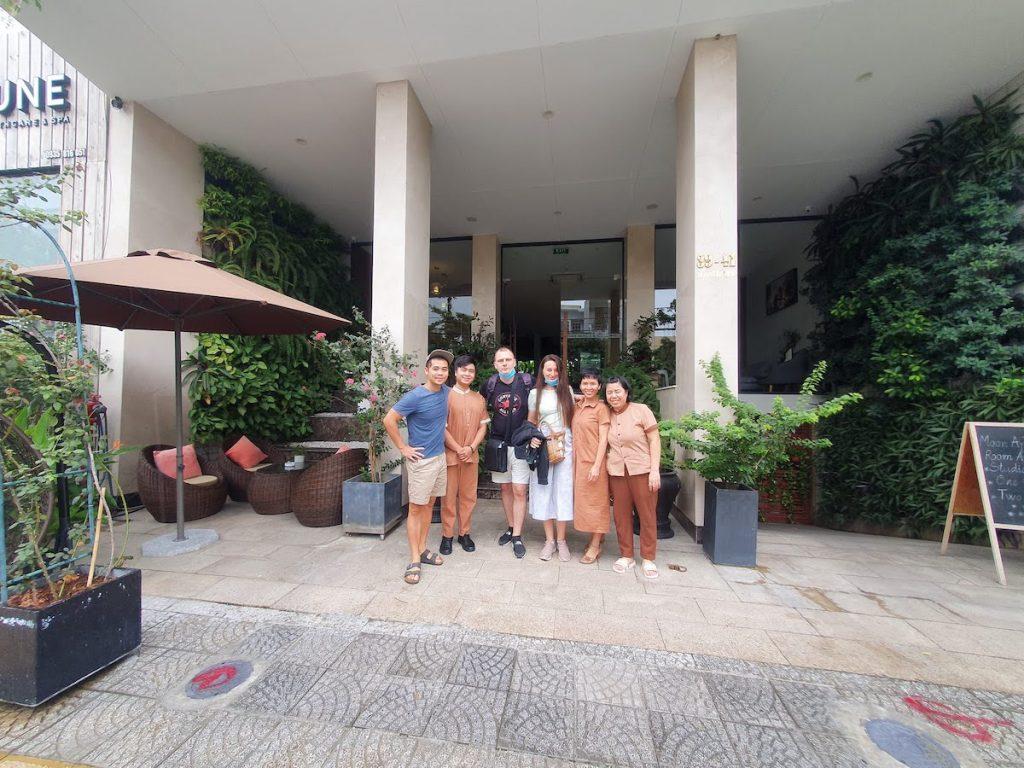 friends leaving vietnam 02